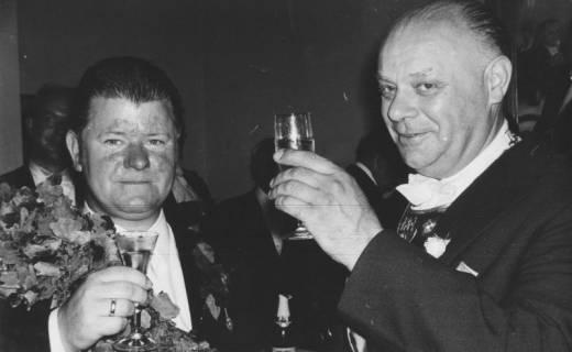 ARH Slg. Bartling 1464, Schützen-Kommandeur Hermann Sievers (rechts, mit Kommandeursschild) und Schützenkönig Walter Ruprecht jun. (mit Eichenkranz auf der Schulter), Neustadt a. Rbge, 1970