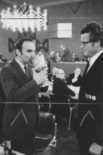 ARH Slg. Bartling 1465, Robert Ehrenheim im Rahmen des Herrenessens im Festsaal des FZZ beim Umtrunk mit dem silbernen Schützenpokal von 1859, rechts der Bürgermeister Fritz Temps, Neustadt a. Rbge, um 1970
