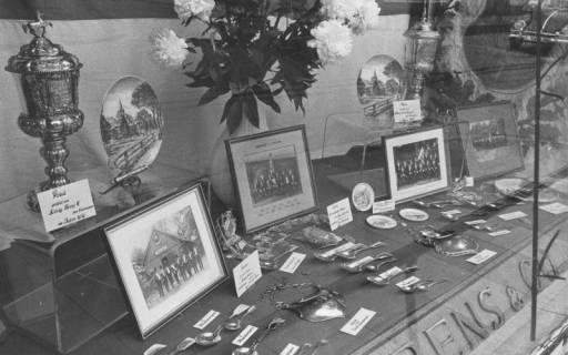 ARH Slg. Bartling 1466, Ausstellung von Pokalen, Tellern, Löffeln, Schildern und Fotos in einem Schaufenster der Porzellanwarenhandlung Behrens & Co., Marktstraße 5, Neustadt a. Rbge, 1974
