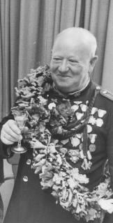 ARH Slg. Bartling 1467, Jäger Walter Ruprecht in Uniform mit zahlreichen Orden auf der Brust und Eichenkranz auf der Schulter, Neustadt a. Rbge., 1974