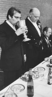 ARH Slg. Bartling 1469, Kreisdirektor Wolfgang Kunze (links) stehend beim Trunk aus dem Silberpokal von 1859 beim Herrenessen, daneben stehend im Frack Hermann Sievers, Neustadt a. Rbge, 1972