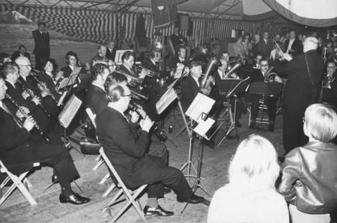 ARH Slg. Bartling 1471, Konzert des Blasmusikorchesters unter der Leitung von Wilhelm Kiel im Festzelt, Neustadt a. Rbge, um 1974