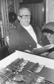 ARH Slg. Bartling 1472, Kommandeur Robert Kemmerich im Offiziers-Frack mit Prüfliste sitzend hinter der aufgezogenen Schublade mit dem Tafelsilber, Neustadt a. Rbge, 1975