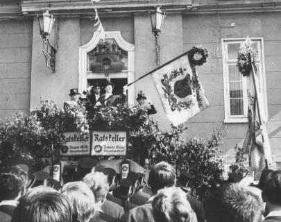 ARH Slg. Bartling 1474, Abholen der Schützenfahne vom Alten Rathaus, auf dem mit Zweigen geschmückten Podest der Treppe wird die Fahne geschwenkt und den zuschauenden Schützen gezeigt, Neustadt a. Rbge, um 1970