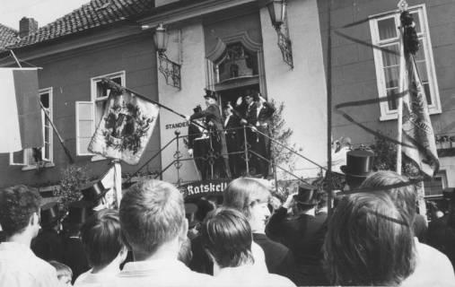 ARH Slg. Bartling 1475, Abholen der Schützenfahne vom Alten Rathaus, auf dem Podest der Treppe wird die Fahne geschwenkt (nach links) und den zuschauenden Schützen gezeigt, Neustadt a. Rbge, 1971