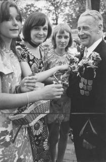 ARH Slg. Bartling 1477, Drei Kranzdamen schmücken den Schützen Karl Heinrich Schlüter mit Blumen am Revers, Neustadt a. Rbge, um 1974