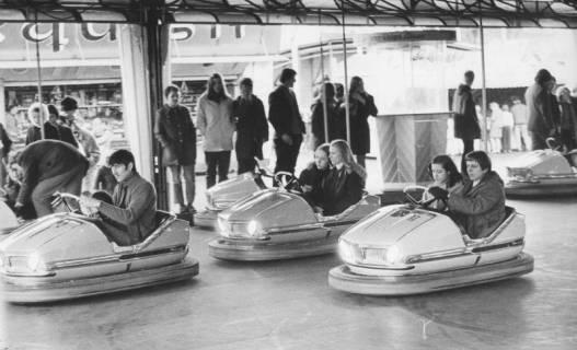 ARH Slg. Bartling 1478, Blick auf drei fahrende Wagen eines Autoscooters, Neustadt a. Rbge, 1970