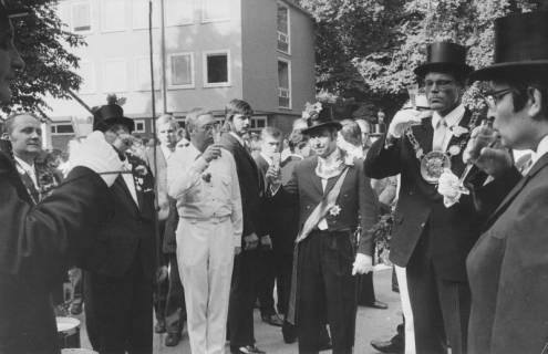 ARH Slg. Bartling 1479, Abholung des Kreisdirektors Wolfgang Kunze (rechts), Umtrunk im Schlosshof, Neustadt a. Rbge, 1972