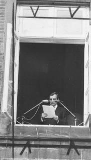 ARH Slg. Bartling 1482, Kreisdirektor Wolfgang Kunze verliest vom Blatt die Fensterrede stehend im Fenster des 1. Obergeschosses am nördlichen Treppenturm des Schlosses, Blick vom Schlosshof, Neustadt a. Rbge, ohne Datum