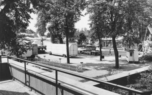 ARH Slg. Bartling 1484, Aufbau des Frühlingsmarkts auf dem Schützenplatz, Blick vom Balkon des FZZ, Neustadt a. Rbge, um 1975
