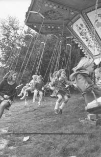 ARH Slg. Bartling 1485, Kinder auf einem fahrenden Kettenkarussell, Neustadt a. Rbge, 1972
