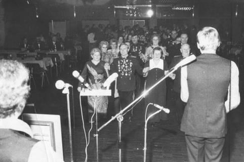 ARH Slg. Bartling 1489, Polonaise des Jägerkorps, Blick über die Mikrofone der Musikband in den Saal auf die anführenden Paare, Neustadt a. Rbge, 1974