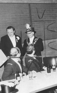 ARH Slg. Bartling 1492, Bürgermeister Herbert Gubba mit Amtskette und geschmücktem Zylinder, links daneben Valentin Reichardt, im Saal des FZZ, Neustadt a. Rbge, 1974