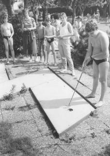 ARH Slg. Bartling 1493, Jugendliche in Badekleidung beim Spielen auf einer Bahn des Minigolfplatzes an der Suttorfer Straße, Neustadt a. Rbge, um 1970
