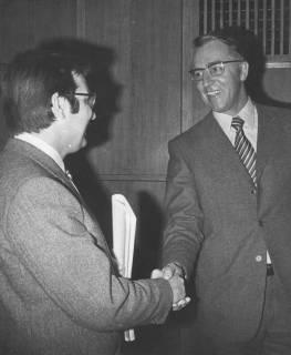 ARH Slg. Bartling 1603, Kreisdirektor Wolfgang Kunze begrüßt per Handschlag Friedel Schirmer (MdB, SPD), Neustadt a. Rbge., 1972