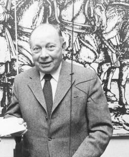 ARH Slg. Bartling 1614, Oberkreisdirektor Dr. Friedrich Homann vor einer Wand mit vergrößertem Kupferstich mit Pferden, Neustadt a. Rbge., um 1965
