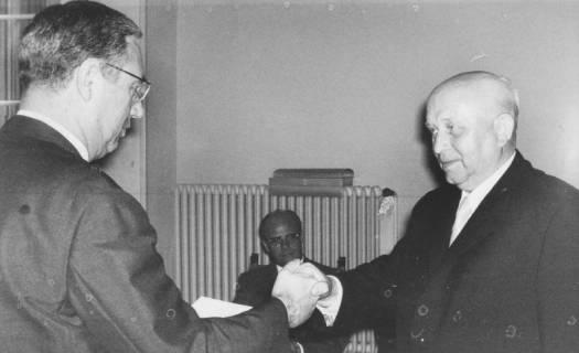 ARH Slg. Bartling 1627, Verwaltungsangestellter Ludwig Borchers wird vom Oberkreisdirektor Hans Meier per Handschlag verabschiedet, Neustadt a. Rbge., 1973