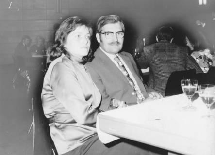 ARH Slg. Bartling 1628, Kreisdirektor Wolfgang Kunze neben Ehefrau am Tisch sitzend, Neustadt a. Rbge., um 1970