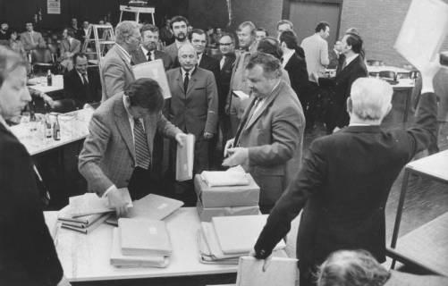 ARH Slg. Bartling 1630, Mitglieder des Interims-Kreistags nehmen Päckchen mit Unterlagen in Empfang, vorn rechts Landrat a. D. Alfred Semsroth, Neustadt a. Rbge., 1974