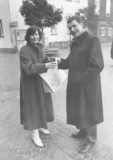 ARH Slg. Bartling 1678, Landrat Eberhard Wicke (CDU) bei der Straßensammlung für die Kriegsgräberfürsorge in der Marktstraße mit Sammelbüchse vor einer Spenderin stehend, Neustadt a. Rbge., um 1990