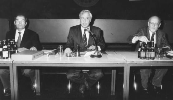 ARH Slg. Bartling 1679, Kreisdirektor Wolfgang Kunze, Landrat Karsten Friedrich Hoppenstedt (CDU), Oberkreisdirektor Herbert Droste nebeneinander hinter einem Vorstandstisch sitzend, Neustadt a. Rbge., um 1980