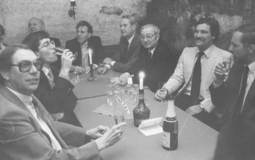 ARH Slg. Bartling 1683, Gruppe von städtischen Politikern und Verwaltungsangestellten (?) im Sektkeller des Schloss Landestrost, Neustadt a. Rbge., um 1980