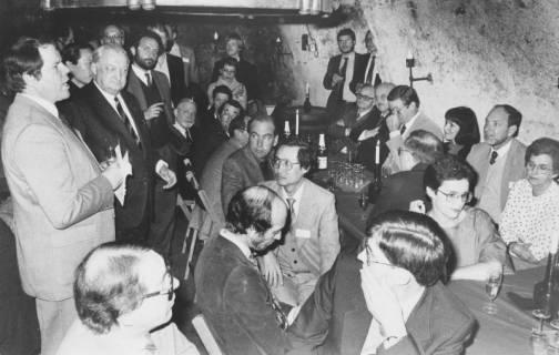 ARH Slg. Bartling 1684, ? und Bürgermeister Henry Hahn (2. v. l.) mit einer Gruppe von Männern und Frauen im Sektkeller des Schloss Landestrost, Neustadt a. Rbge., um 1980