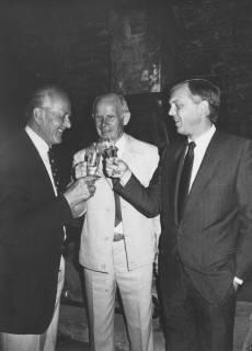 ARH Slg. Bartling 1687, Michael Baldauf (MdL, CDU), Udo Plinke (Seniorchef der Sektkellerei Kollmeyer) und ? bei einer Sektprobe im Sektkeller des Schloss Landestrost, Neustadt a. Rbge., um 1980