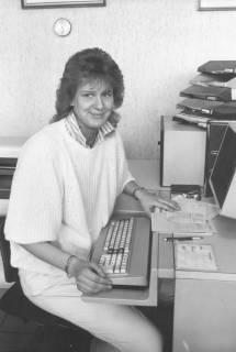 ARH Slg. Bartling 1701, Eine junge Mitarbeiterin (herschauend) der Straßenverkehrszulassungsstelle am Terminal sitzend, Neustadt am Rübenberge, um 1985