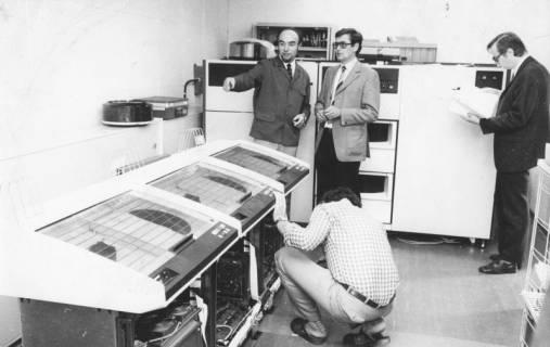 ARH Slg. Bartling 1702, Einrichtung von Servern im Rechenzentrum des Landkreises im Beisein des Leiters des Rechenzentrums Hans-Georg Pullwitt (stehend links), Neustadt a. Rbge., um 1980