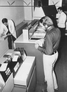ARH Slg. Bartling 1703, Blick in das Rechenzentrum des Landkreises Neustadt a. Rbge., vorne Bedienung eines Lochkartenlesegeräts, Neustadt am Rübenberge, 1973
