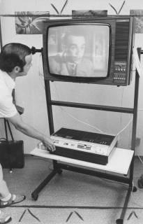 ARH Slg. Bartling 1705, Leiter der Kreisbildstelle Wolfgang Kirchmann führt einen neuen Filmmonitor (auf fahrbarem Gestell) vor, Neustadt am Rübenberge, um 1973
