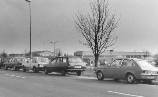 ARH Slg. Bartling 1706, Auf der Straße vor der Prüfstelle des Technischen Überwachungsvereins - TÜV (Neustadt a. Rbge., Leinstraße 100) wartende PKWs, Neustadt am Rübenberge, nach 1979