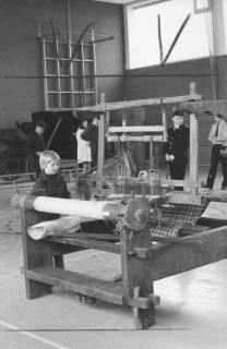ARH Slg. Bartling 1712, Hölzerner Webstuhl in einer Ausstellung des Heimatbundes Niedersachsen, Kreisgruppe Neustadt a. Rbge., Blick in eine Turnhalle, Neustadt am Rübenberge, 1973