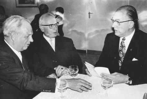 ARH Slg. Bartling 1714, Gesprächsrunde dreier älterer Männer vom Heimatbund Niedersachsen, Kreisgruppe Neustadt a. Rbge., 1971