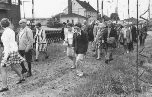 ARH Slg. Bartling 1716, Wanderung von Mitgliedern des Heimatbundes Niedersachsen, Kreisgruppe Neustadt a. Rbge., vom Bahnhof Linsburg durch den Grinder Wald, 1974
