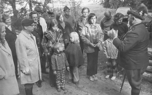 ARH Slg. Bartling 1717, Wanderung von Mitgliedern des Heimatbundes Niedersachsen, Kreisgruppe Neustadt a. Rbge., unter Führung des Oberförsters Lieske (r.) am Dammkrug, 1974