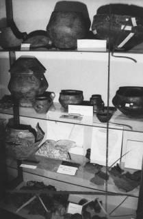 ARH Slg. Bartling 1718, Vor- und frühgeschichtliche Tongefäße auf drei Glas-Böden in einem Regal des Museums vom Heimatbund Niedersachsen, Kreisgruppe Neustadt a. Rbge., 1973