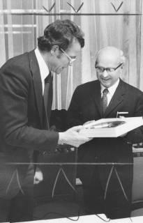 ARH Slg. Bartling 1719, Bürgermeister Fritz Temps überreicht dem Amtsgerichtsdirektor Hans Pupke, Vorsitzenden des Heimatbundes Niedersachsen, Kreisgruppe Neustadt a. Rbge., einen Wandteller aus Zinn, Neustadt am Rübenberge, 1975