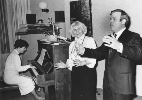 ARH Slg. Bartling 1726, Liederabend (in privater Umgebung) mit Sänger und Sängerin sowie Pianistin, Neustadt a. Rbge., um 1970