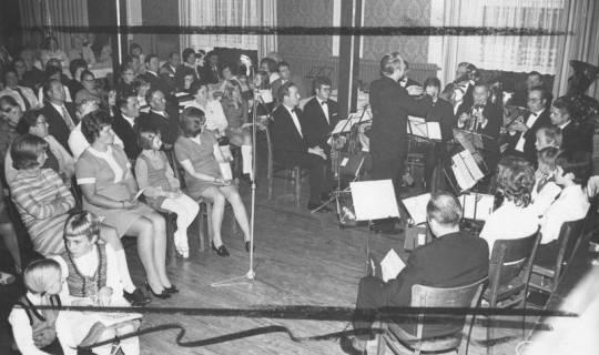 ARH Slg. Bartling 1729, Konzert eines Blasorchesters im Saal, Blick auf die Zuhörer und das Orchester, Neustadt a. Rbge., 1971