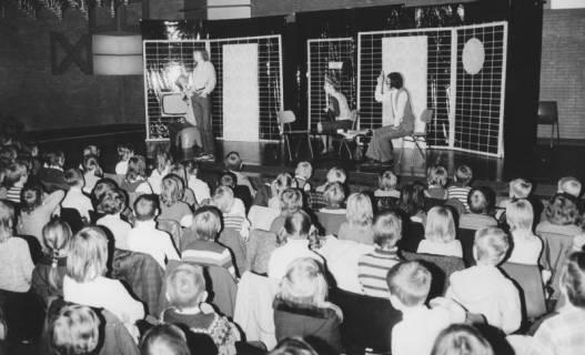 ARH Slg. Bartling 1734, Theateraufführung durch Kinder für Kinder im Freizeitzentrum, Blick über die Köpfe der Zuschauer auf die Bühne, Neustadt a. Rbge., 1972