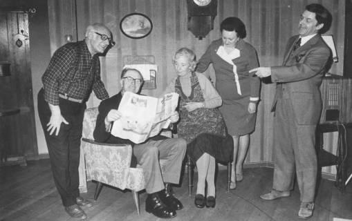 ARH Slg. Bartling 1738, Fünf Erwachsene bei der Aufführung einer Komödie in Wohnzimmerkulisse, Neustadt a. Rbge., 1974