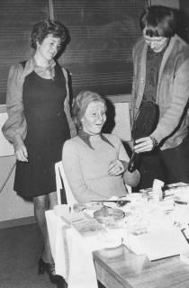 ARH Slg. Bartling 1739, Schauspielerin betrachtet das Arbeitsergebnis der Maskenbildnerin im vorgehaltenen Spiegel; im Hintergund eine Wandtafel mit Notenlinien, Neustadt a. Rbge., 1974