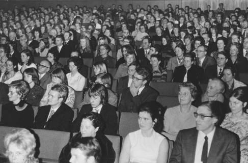 ARH Slg. Bartling 1741, Aula des Gymnasiums mit Blick von der Bühne in den vollbesetzten Zuschauerraum, Neustadt a. Rbge., 1972