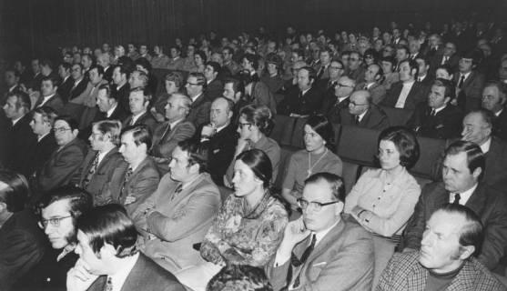 ARH Slg. Bartling 1742, Aula des Gymnasiums mit Blick von vorn rechts in den vollbesetzten Zuschauerraum; vorn rechts Rektor Walter Klimsa, daneben das Ehepaar Knebel, Neustadt a. Rbge., 1973