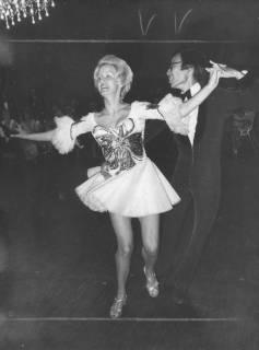 ARH Slg. Bartling 1743, Profi-Tanzpaar beim lateinamerikanischen Tanz im großen Saal des Freizeitzentrums, Neustadt a. Rbge., 1972