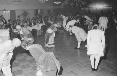 ARH Slg. Bartling 1744, Tanzgruppe bei der Aufführung eines Menuetts in historischen Kostümen im großen Saal des Freizeitzentrums, Neustadt a. Rbge., 1975
