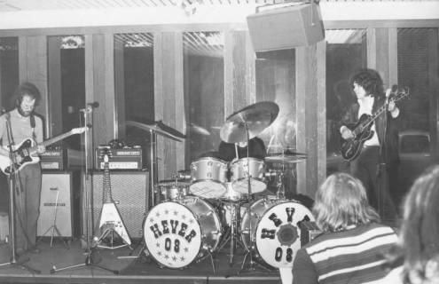 ARH Slg. Bartling 1794, Auftritt der dreiköpfigen Band Hever 08 aus Hannover in der Diskothek des Freizeitzentrums (FZZ), , Neustadt a. Rbge., 1974