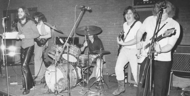 ARH Slg. Bartling 1796, Auftritt einer fünfköpfigen Rock-Band mit drei Gitarren, Sänger und Schlagzeug im FZZ, Neustadt a. Rbge., um 1975